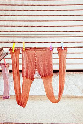 Wäscheleine mit Strumpfhose - p432m1531961 von mia takahara