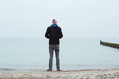 Nachdenklicher Mann am Meer - p432m779069 von mia takahara