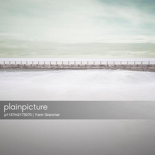 Blick aufs Meer, Wellenbrecher - p1137m2173070 von Yann Grancher