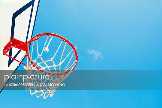 Outdoors basketball backboard, against the blue sky - p1423m2086959 von JUAN MOYANO