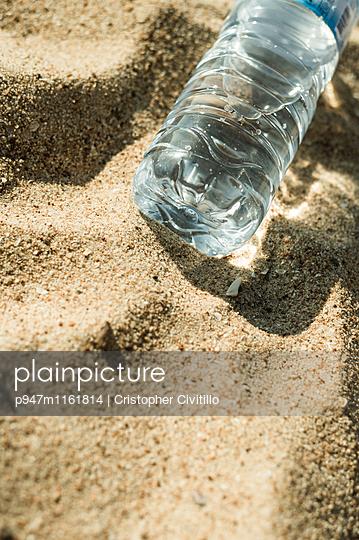 Wasserflasche am Strand - p947m1161814 von Cristopher Civitillo