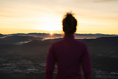 young girl trail runner and canicross at sunrise in the mountains of the basque country with her 3 dogs, san sebastian, spain - p300m2282799 von SERGIO NIEVAS
