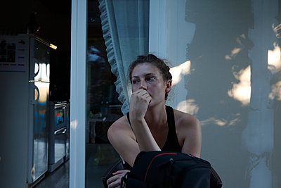 Girl sitting in a holiday home in summer - p849m2184340 by Eric Zeziola
