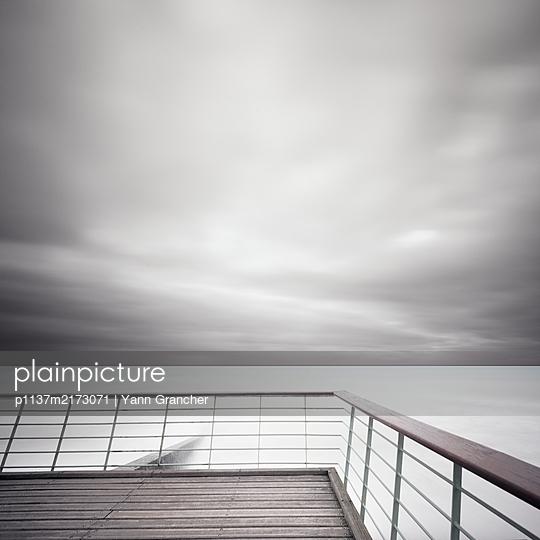 Blick aufs Meer, verlassener Pier im Vordergrund - p1137m2173071 von Yann Grancher