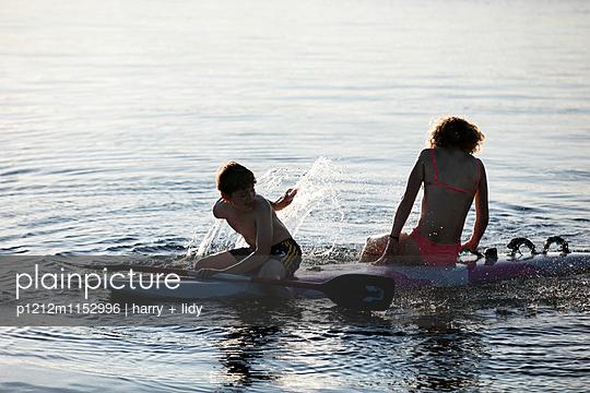 Kinder auf dem Surfbrett - p1212m1152996 von harry + lidy
