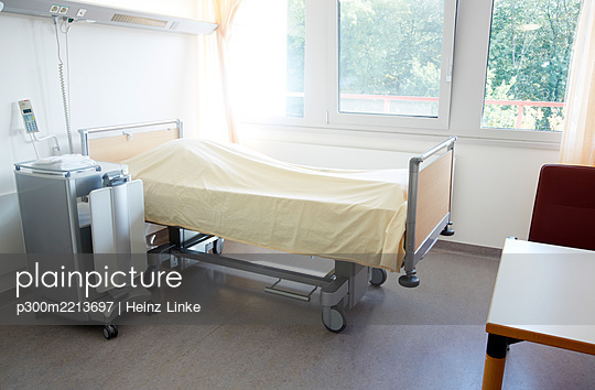 Germany, Freiburg, Empty hospital room - p300m2213697 by Heinz Linke