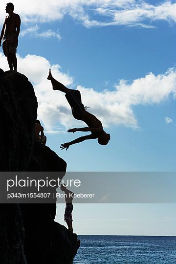 plainpicture   Photo library for authentic images - plainpicture p343m1554807 - Silhouetted young men and a... - plainpicture/Aurora Photos/Ron Koeberer