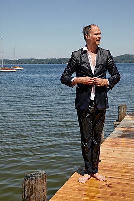 Mann in nassem Anzug - p1146m1165015 von Stephanie Uhlenbrock