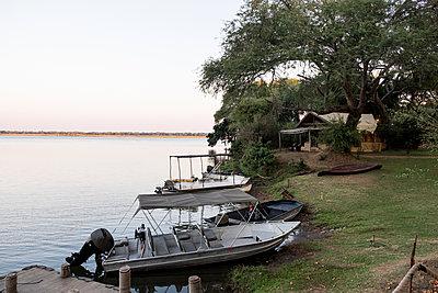 Boote im Safari Camp im Südluangwa-Nationalpark - p842m1538206 von Renée Del Missier
