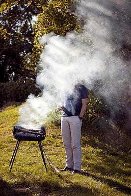 Mann im Rauch - p1195m982909 von Kathrin Brunnhofer