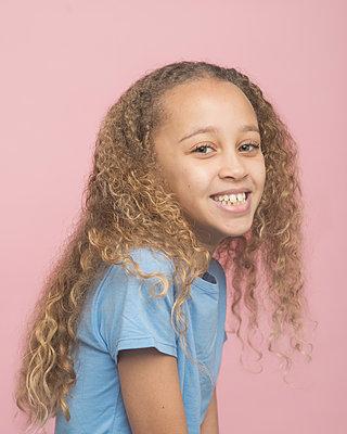 Portrait of a young girl - p1323m1539106 von Sarah Toure