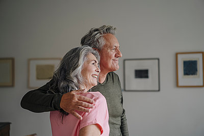 Smiling senior couple at home - p300m2154951 by Gustafsson