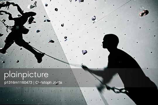 Schatten von zwei Kletterern an einer Kletterwand, Kaufbeuren, Bayern, Deutschland - p1316m1160473 von Christoph Jorda