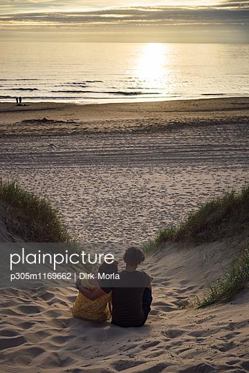 Paar in den Dünen - p305m1169662 von Dirk Morla