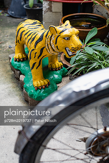 Thailand, Paper-mache tiger on a green base - p728m2219737 by Peter Nitsch