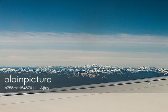 Schneebedeckte Berge Luftbild - p758m1154870 von L. Ajtay