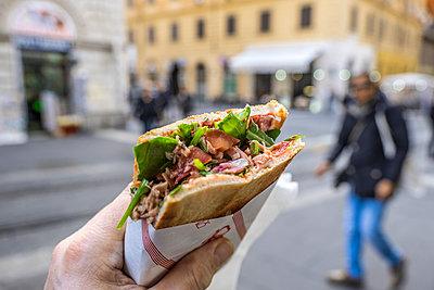 Panini essen in Italien - p1243m1154806 von Archer