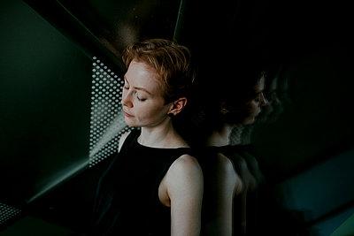 Portrait of urban red-haired woman - p300m2166894 by Oxana Guryanova