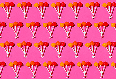 Pattern of lollipops against pink background - p300m2198286 by Gemma Ferrando
