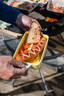 Frische Currywurst vom Grill - p728m2173552 von Peter Nitsch