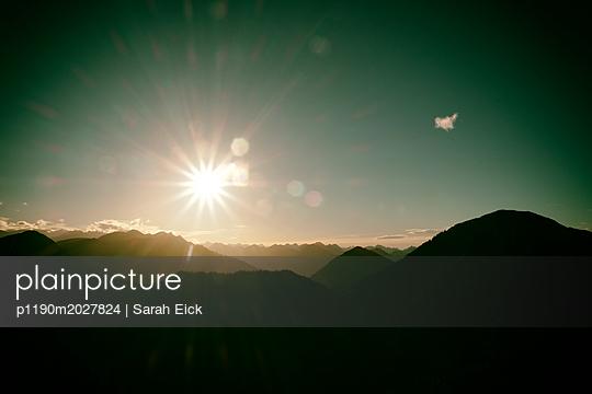 Sonnenuntergang im Gebirge - p1190m2027824 von Sarah Eick