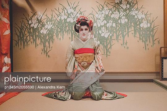 Frau im Geisha-Style trägt einen Kimono - p1345m2055590 von Alexandra Kern