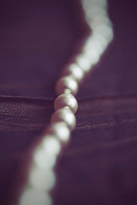 Perlen in einer Linie, Nahaufnahme - p1072m2158720 von Neville Mountford-Hoare