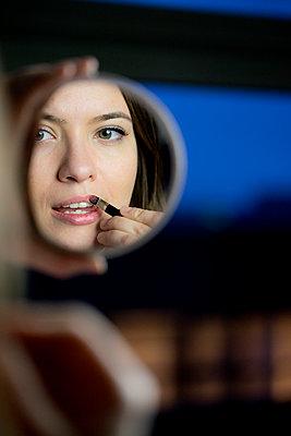 Junge Frau im Spiegel - p1212m1526004 von harry + lidy