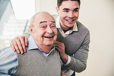 Portrait of happy senior man and young man - p300m1568437 by Uwe Umstätter