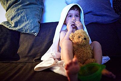 Watching tv - p584m1004658 by ballyscanlon