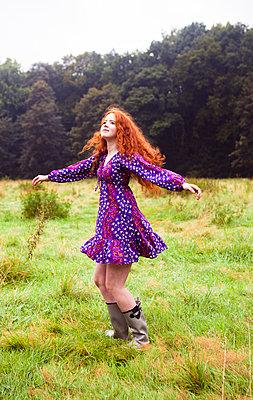 Auf einer Wiese tanzen - p045m1172416 von Jasmin Sander