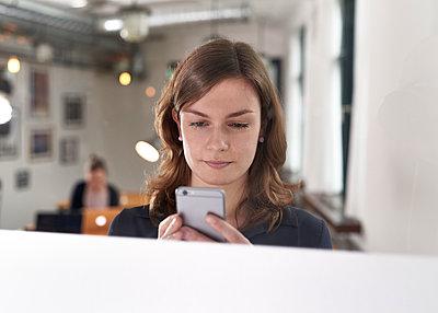Frau mit Smartphone - p1124m1208703 von Willing-Holtz