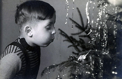 Little boy at Christmas tree - p1541m2172500 by Ruth Botzenhardt