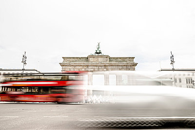 Germany, Berlin, view to Brandenburger Tor with driving red double-decker bus in the foreground - p300m1047352 by Christophe Papke