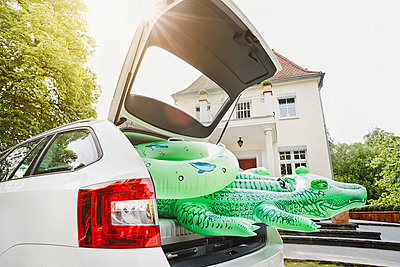 Germany, Hesse, Frankfurt, Swim toys packed in car in front of villa - p300m975332f by Roger Richter