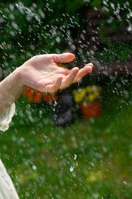 Woman playing with water - p427m2134522 by Ralf Mohr