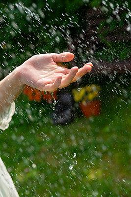 Frau spielt mit Wasser - p427m2134522 von Ralf Mohr