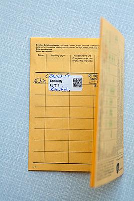 Impfpass mit erster Corona Impfung - p454m2263466 von Lubitz + Dorner