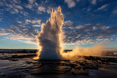 Geyser erupting at sunrise - p555m1304885 by Jeremy Woodhouse
