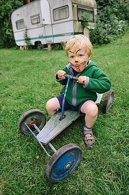 Kleiner Junge fährt einen alten Gokart - p819m1068323 von Kniel Mess