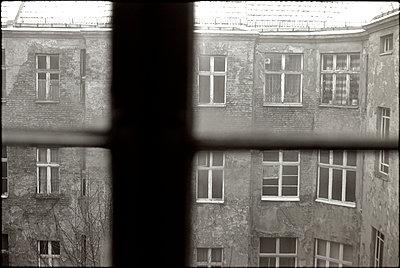 Blick auf eine Beliner Altbaufassade - p9791623 von Janssen