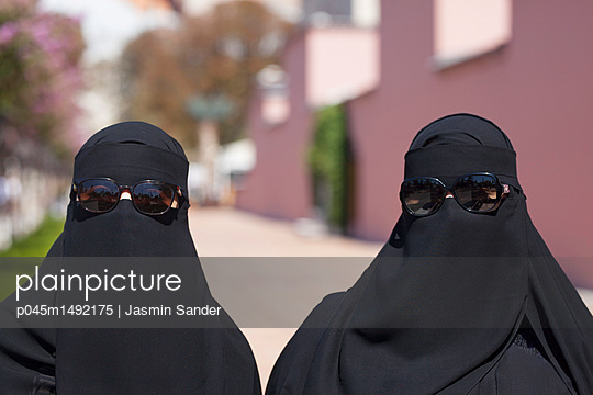 Araberinnen im Partnerlook - p045m1492175 von Jasmin Sander