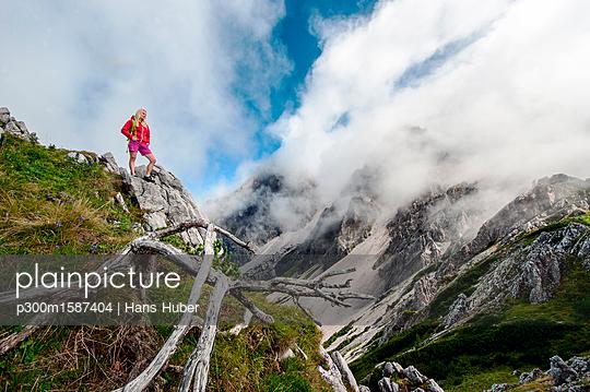 Austria, Salzburg State, Filzmoos, Female hiker looking at view - p300m1587404 von Hans Huber