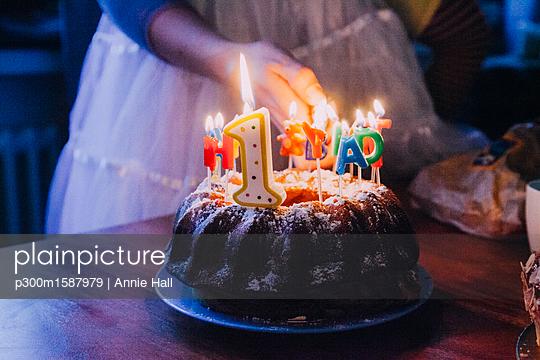 plainpicture - plainpicture p300m1587979 - Woman lightning birthday ca... - plainpicture/Westend61/Annie Hall