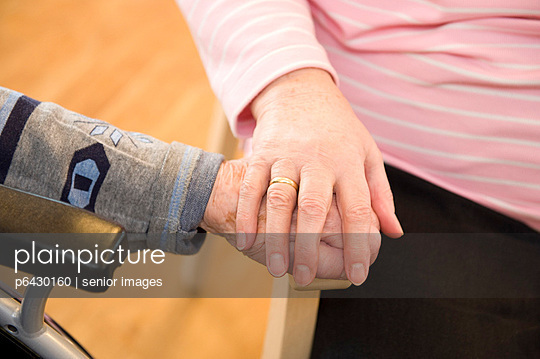 Händehalten  - p6430160 von senior images