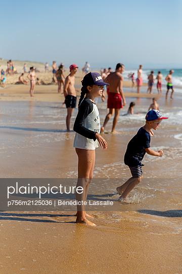 Am Strand - p756m2125036 von Bénédicte Lassalle