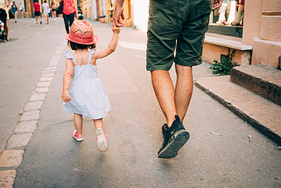 France, Aix-en-Provence, toddler girl and father walking hand in hand in the city - p300m2012545 von Gemma Ferrando