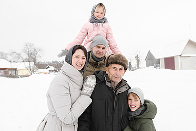 Family portrait with grandfather in winter - p300m2103257 by Ekaterina Yakunina
