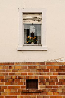 Altmodische Fensterdekoration - p470m954740 von Ingrid Michel