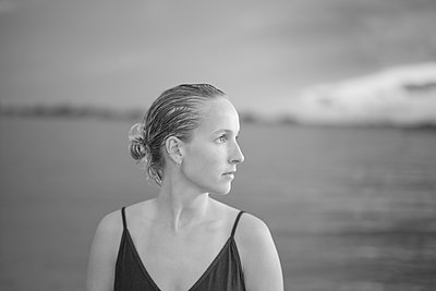 Young woman in bikini - p552m2194523 by Leander Hopf